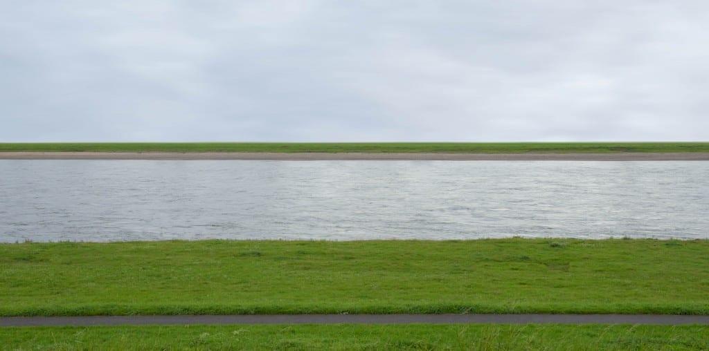 """Andreas Gursky'nin """"Rhein II"""" Fotoğrafı"""