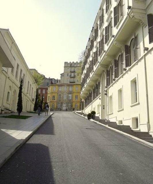 """Kısaca Tomtom: Tomtom Kaptan Sokak Tomtom Kaptan Sokağı'nın girişinde bulunan Tomtom Kaptan Camisi, 1592 yılında Tomtom Mehmet Kaptan tarafından yaptırılmış. Yani sokak adını bu camiden almış. Burası kısaca """"Tomtom"""" olarak da bilinir."""