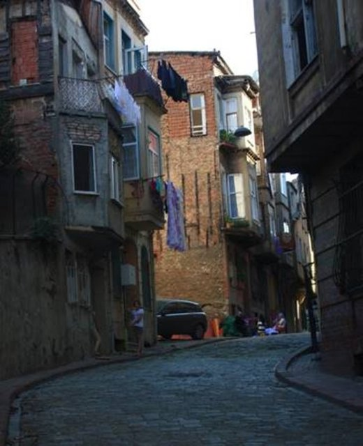 O kadar dar: Atgeçmez Sokak Bu sokak, Balat'ta bulunur. Kesin olmamakla birlikte sokağın fazlaca dar olmasından dolayı bu adı aldığı sanılıyor.