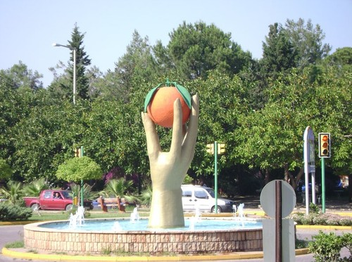 finike-portakal-tutan-kadin-eli-heykeli