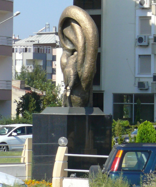 izmir-kulagin-icine-giren-adam-heykeli