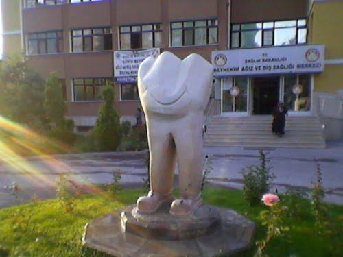 konya-mutlu-dis-heykeli
